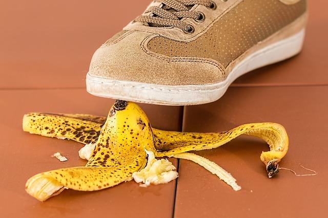 "Bildquelle [https://pixabay.com/en/slip-up-danger-careless-slippery-709045/]: ""slip up danger careless slippery accident risk"" von Steve Buissinne, Lizenz: CC0"